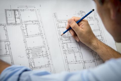 Imagen genérica de un arquitecto trabajando con un plano